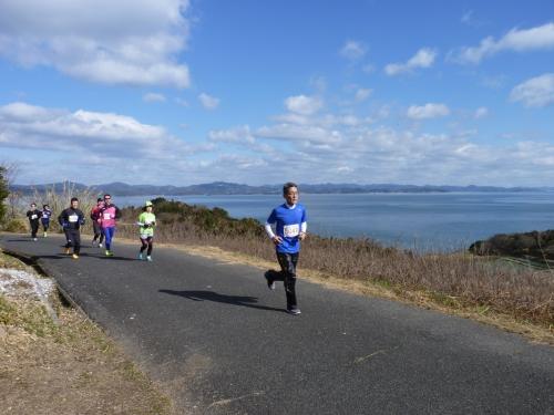 日本のエーゲ海を見下ろすマラソンコース